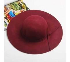 Жіночий капелюх з широкими полями бордовий