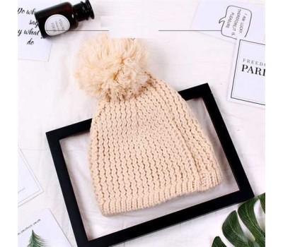 Женская шапка с большим помпоном зимняя бежевая