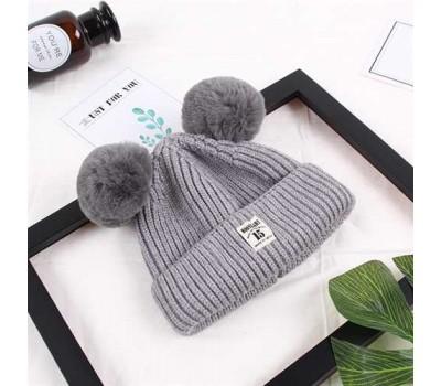 Зимняя детская шапка с помпончиками серая