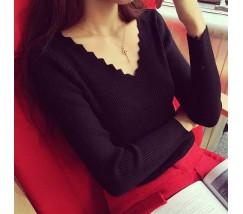 Легкий женский черный пуловер в узорным вырезом