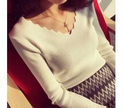 Легкий женский белый пуловер в узорным вырезом