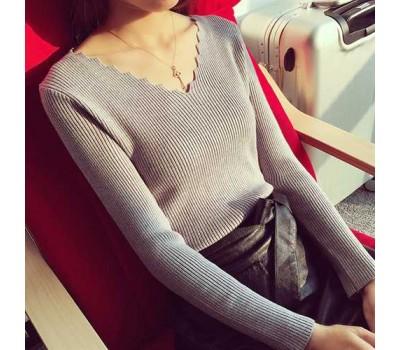 Легкий женский серый пуловер в узорным вырезом