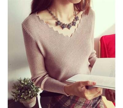 Легкий женский бежевый пуловер в узорным вырезом