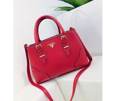 Вместительная женская сумка красная
