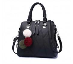 Стильная женская сумка с брелком черная