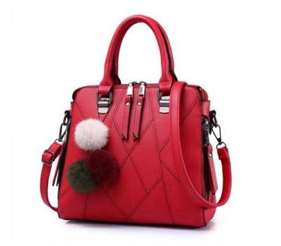 Стильная женская сумка с брелком красная