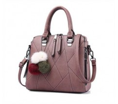 Стильная женская сумка с брелком розовая