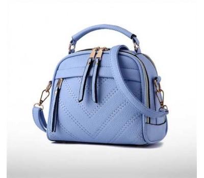 Женская сумочка полукруглая голубая  с меховым брелком