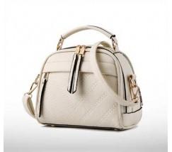 Женская сумочка полукруглая бежевая с с меховым брелком