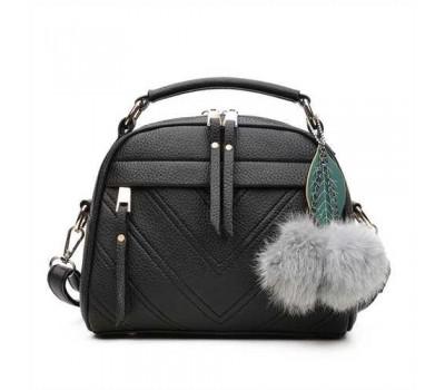 Женская сумочка полукруглая черная с с меховым брелком