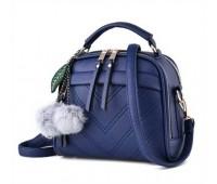 Женская сумочка полукруглая синяя с с меховым брелком