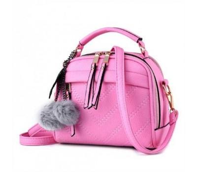 Женская сумочка полукруглая светло-розовая с с меховым брелком
