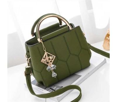 Красивая сумка с брелком зеленая