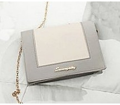 Модная сумочка клатч на цепочке серо-белая