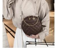 Круглая женская сумочка на цепочке коричневая