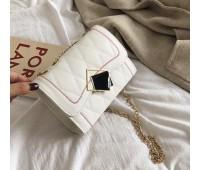 Женская красивая сумка на цепочке белая