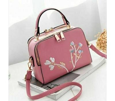 Женская сумка с вышивкой розовая