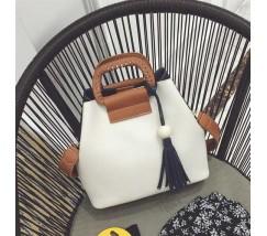Женская сумка двухцветная черно-белая с кисточкой и коричневым ремешком