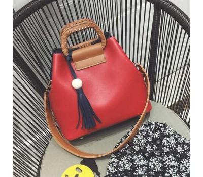 Женская сумка двухцветная красная с черным с кисточкой и коричневым ремешком