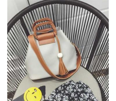 Женская сумка серая с кисточкой и коричневым ремешком