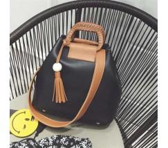 Женская сумка черная с кисточкой и коричневым ремешком