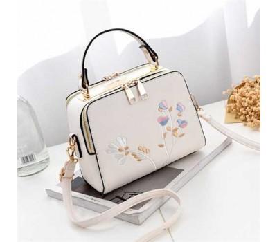 Женская сумка с вышивкой белая