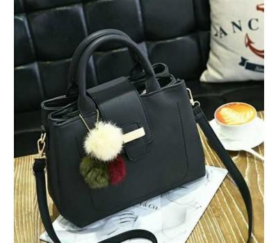 Женская сумка с меховым брелком черная
