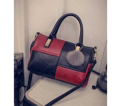 Женская сумка с меховым брелком черно-красная