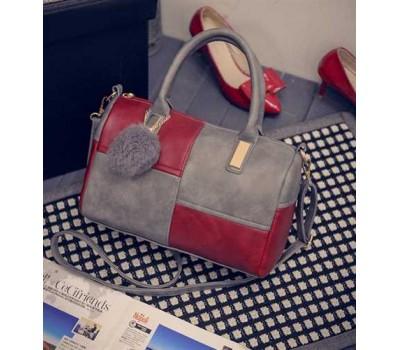 Женская сумка с меховым брелком серо-красная