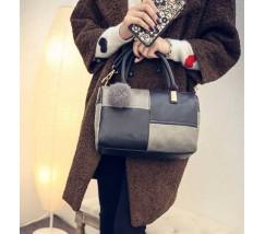 Женская сумка с меховым брелком черно-серая
