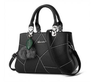 Небольшая женская сумка с брелком черная