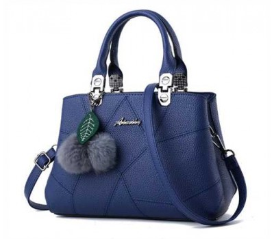 Небольшая женская сумка с брелком синяя