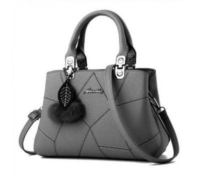 Небольшая женская сумка с брелком серая
