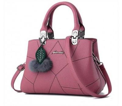 Небольшая женская сумка с брелком розовая