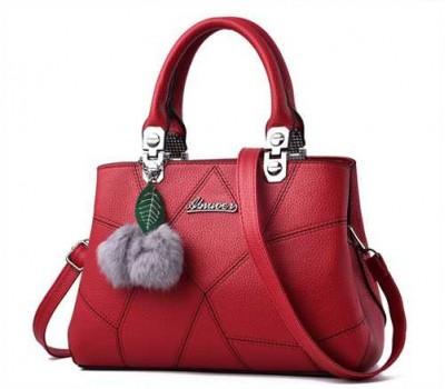 Небольшая женская сумка с брелком красная