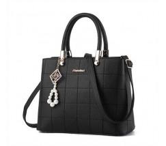 Женская сумка с красивым брелком черная