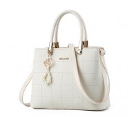Женская сумка с красивым брелком молочная
