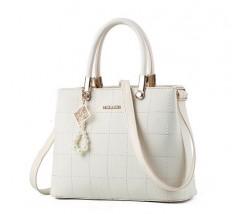 Жіноча сумка з гарним брелоком молочна