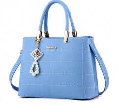Жіноча сумка з гарним брелоком блакитна