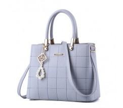 Жіноча сумка з гарним брелоком сіра