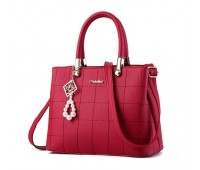 Женская сумка с красивым брелком красная