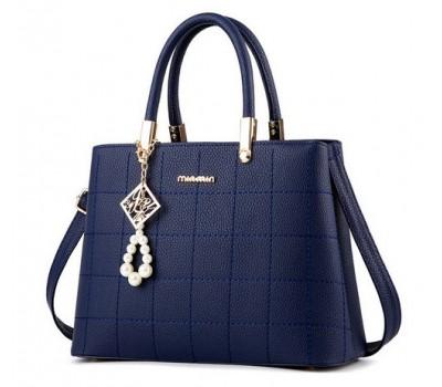 Женская сумка с красивым брелком синяя