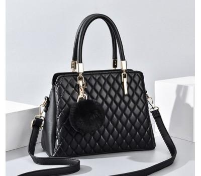 Небольшая стеганная сумка с брелком черная