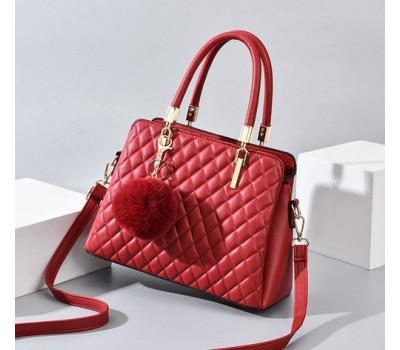 Небольшая стеганная сумка с брелком красная